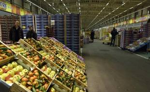 Le rayon fruits et légumes du marché de Rungis, le 19 novembre 2015, au sud de Paris