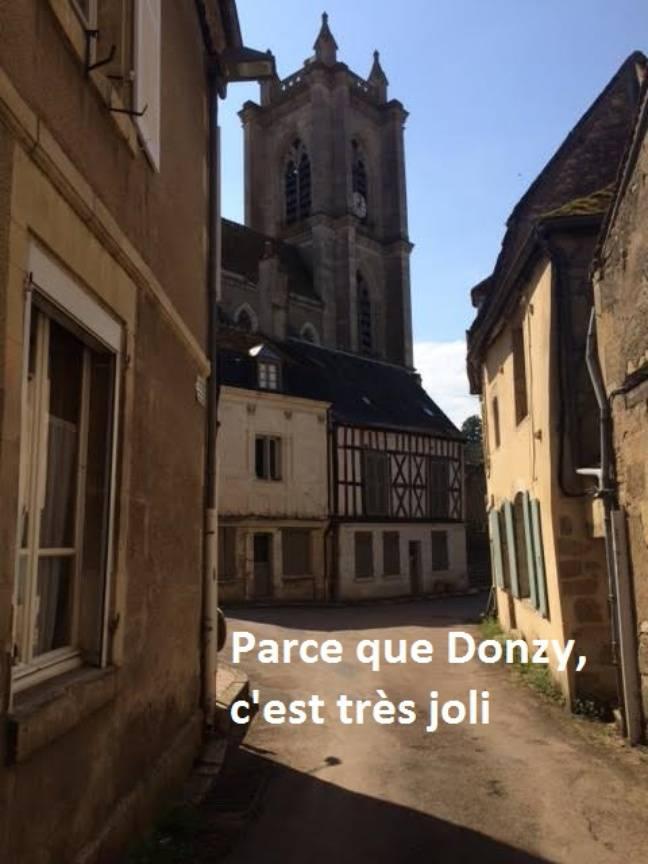 Au bout de la rue, l'église de Donzy