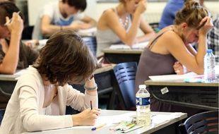 Des candidats planchent sur l'épreuve de philosophie du bac au lycée Jean Monnet de Montpellier, en juin 2012.