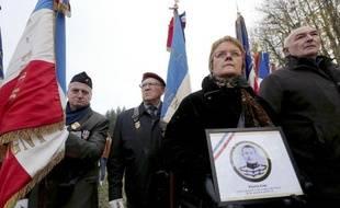 """Des descendants du soldat français Pierre Gay, fusillé """"pour l'exemple"""" pendant la Première guerre mondiale, assistent à l'hommage qui lui est rendu, le 6 décembre 2014 à Vingré (Aisne)"""
