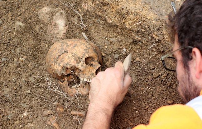 Un chercheur de l'Inrap met au jour le crâne d'un adolescent sur le chantier de fouilles archéologiques du parc des Tanneurs à Rennes.