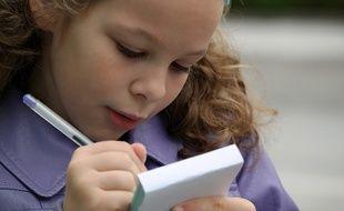 Une petite fille qui fait ses devoirs;