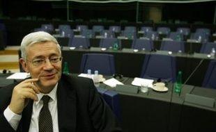 Bruno Gollnisch, qui avait été opéré en août en urgence d'un quadruple pontage coronarien, a annoncé samedi qu'il quittait ses responsabilités à la direction de la Fédération du Rhône du Front National (FN), et qu'il ne se serait donc pas tête de liste aux municipales à Lyon.