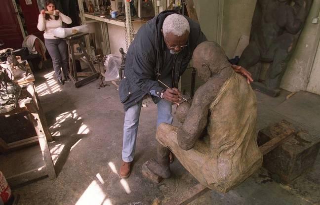 Ousmane Sow sculpte un bronze, le 24 avril 2001, à Paris.