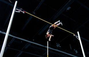 Le Suédois Armand Duplantis lors de son saut établissant le nouveau record du monde de saut à la perche, le 8 février 2020 à Torun, en Pologne.