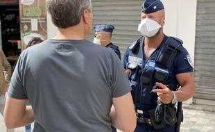 Des policiers sensibilisent les badauds sur l'arrêté réglementant le port du masque à Cannes, le 5 mai 2020