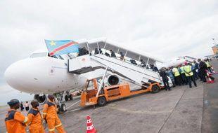 Des passagers montent à bord d'un avion pour l'inauguration de la compagnie Congo Airways, le 9 octobre 2015 à Kinshasa