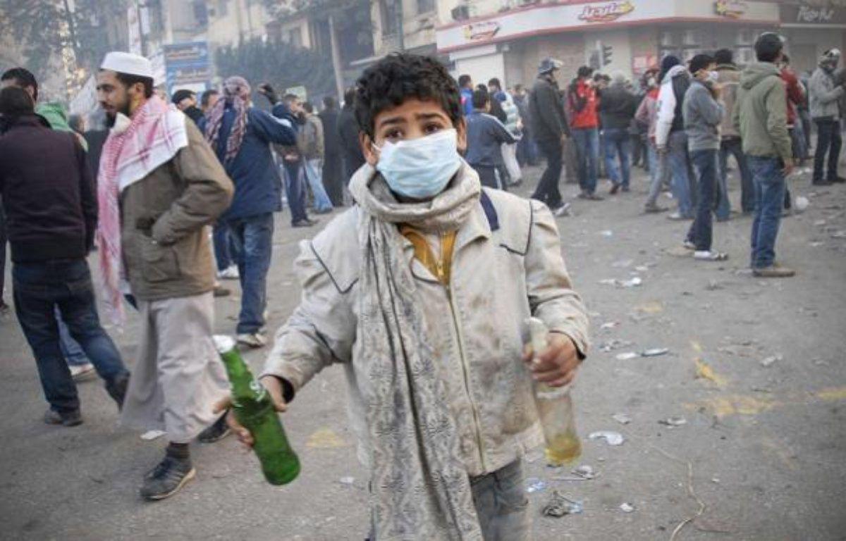 Un garçon égyptien tient 2 cocktails Molotov lors d'affrontements place Tahrir au Caire, ce mercredi 23 novembre - Mohammed Abu Zaid/AP/SIPA – no credit