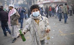 Un garçon égyptien tient 2 cocktails Molotov lors d'affrontements place Tahrir au Caire, ce mercredi 23 novembre - Mohammed Abu Zaid/AP/SIPA