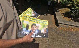 Tractage à Corbeil-Esonnnes pour Manuel Valls
