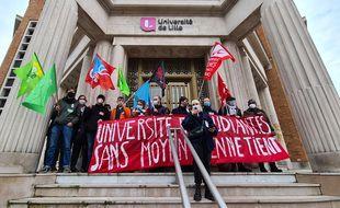 Faible mobilisation des étudiants devant le siège de l'Université de Lille.