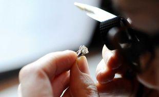 Lors d'une expertise de bijoux (illustration).