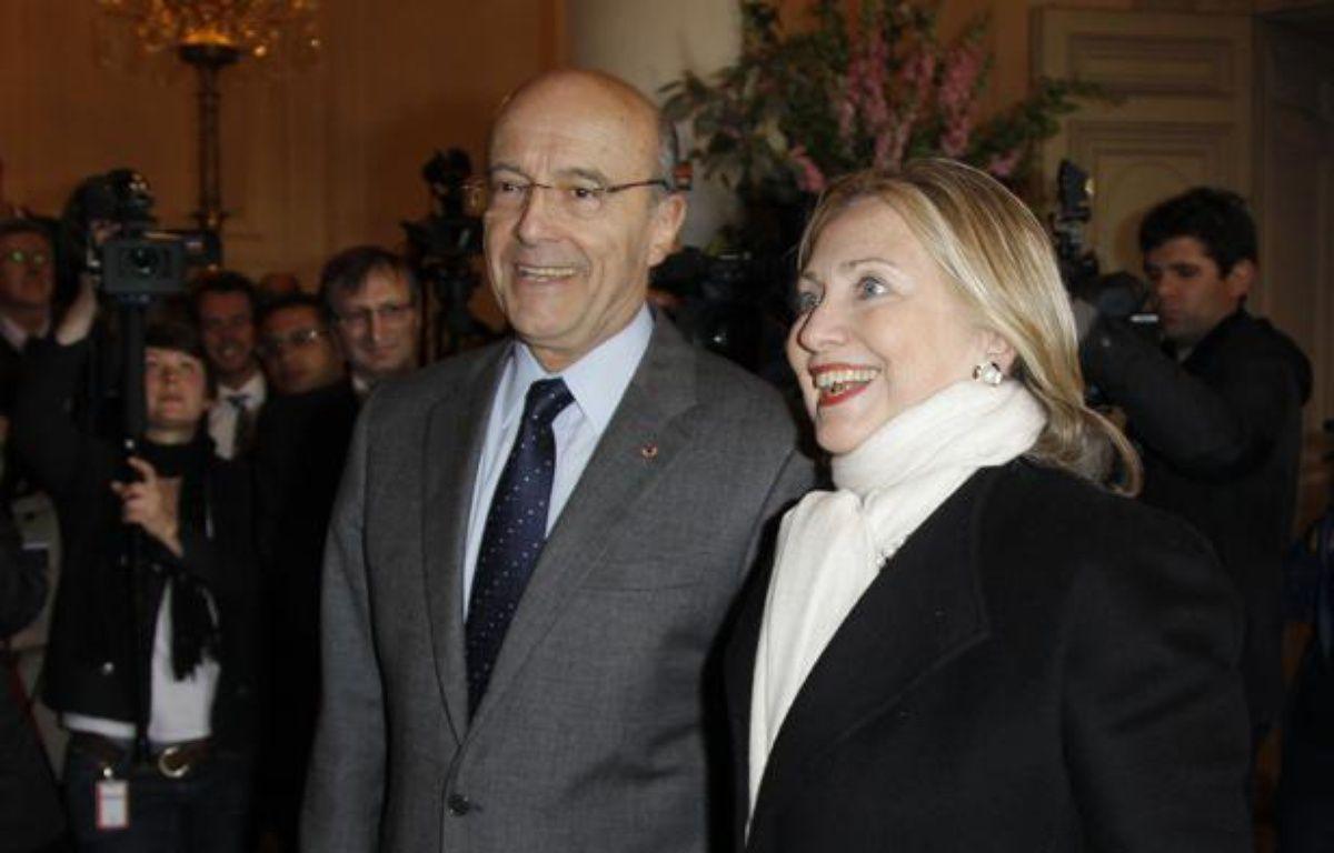 Le ministre des Affaires étrangères, Alain Juppé (à gauche), et la Secrétaire d'Etat américaine, Hillary Clinton (à droite), le 19 avril 2012, à Paris. – B.TESSIER / REUTERS