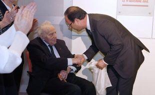 """François Hollande a qualifié mercredi François Jacob, prix Nobel, Compagnon de la Libération et académicien, décédé vendredi à 92 ans, d'""""homme d'exception, animé par l'amour de la liberté""""."""