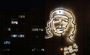 Un sculpture illuminée représente le visage d'Ernesto Guevara sur la place de la Révolution à La Havane à Cuba.