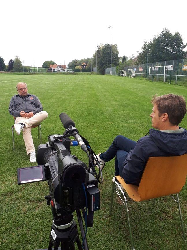 Le journaliste Florent Martin en plein interview du speaker du Racing club de Strasbourg, Jean-Luc Filser.