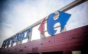 Une enseigne d'un centre commercial Carrefour, à La Ville du Bois le 24 novembre 2020.