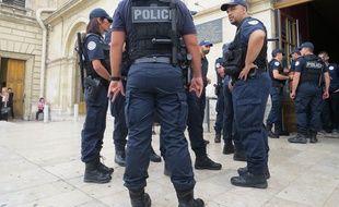 Des policiers marseillais devant la gare Saint-Charles.