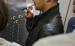 Paris el 06 octobre 2013. Illustration personne en train de vapoter dans un ascenseur, lieu ferme confine. Vapoteur, vapotage, cigarette electronique.