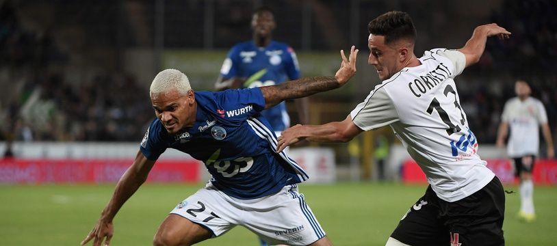 Le Strasbourgeois Kenny Lala à la lutte avec l'attaquant amiénois Quentin Cornette.