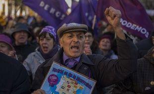 Un homme défile, le 31 janvier 2015, en soutien à Podemos le parti anticapitaliste espagnol