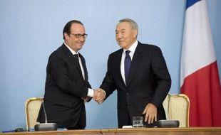 Le président français François Hollande et son homologue kazakh Noursoultan Nazarbaev le 5 décembre 2014 à Astana