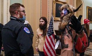 Jake Angeli, le 6 janvier 2021, lors de l'invasion du Capitole, à Washington.