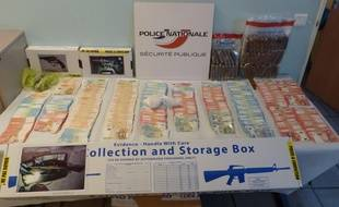 Les policiers ont retrouvé de l'argent liquide et de la drogue.