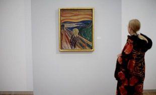 Une personne regarde le tableau «Le Cri» d'Edvard Munch au Musée Munch d'Oslo.