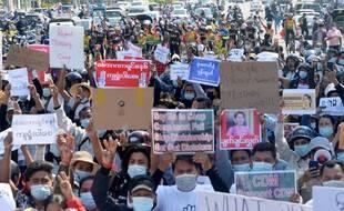 Les manifestations continuent malgré les risques en Birmanie.