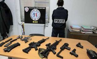 Les fausses armes saisies sur quatre étudiants dentistes arrêtés à Nice le 18 novembre 2013.