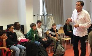 Le major Denis Méreau intervient devant une classe de 4e du collège Jules-Hoffmann de Strasbourg pour leur parler de cybermalveillance.