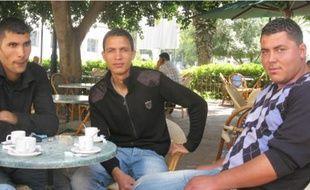 Walid Mansouri avec son frère Hamdi et Aymen Gannouni (de g. à dr.), à une terrasse de café à Tunis, hier.