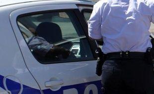 uatre étudiants en médecine dentaire équipés d'armes factices ont suscité l'émoi dimanche soir dans un hôpital de Nice, nécessitant l'arrivée en force de policiers, a-t-on appris de sources concordantes.