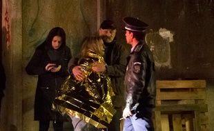 Une survivante de l'explosion survenue dans une boîte de nuit à Bucarest est prise en charge par les secours, le 31 octobre 2015.