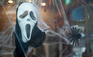 Ils dissimulaient leurs visages derrière des masques comme celui-ci (illustration).