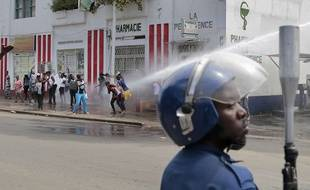 La police disperse les manifestants au canon à eau à Bujumbura (Burundi), le 13 mai 2015.