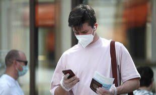 A Moscou un homme utilise son smartphone pour remplir une déclaration de vaccination contre le Covid-19, le 27 juin 2021.