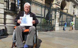 Lyon, le 14 Avril 2015 Jean-Claude Mouton, chef d'entreprise lyonnais a été verbalisé 16 fois en un an alors qu'il se garait en bas de chez lui, sur une place handicapé et que son véhicule possède un macaron handicapé.