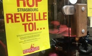 Une afffiche d'Etincelles dans une boutique du centre ville de Strasbourg. le 21 mars 2017.