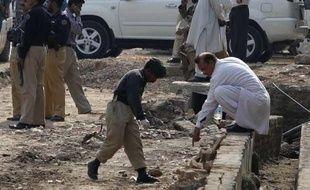Les services des secours, à Rawalpindi, au Pakistan, alors qu'un attentat-suicide a fait au moins 34morts.