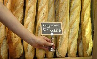 Une baguette de pain dans une boulangerie à Paris en août 2007.