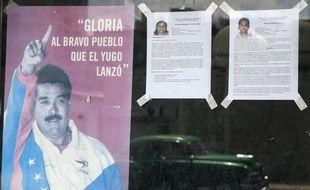 Les biographies de deux candidats aux élections municipales cubaines sont affichées à la Havane, à côté d'un portrait du président vénézuélien, le 17 avril 2015.