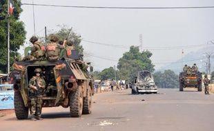 Au moins un civil a été tué et plusieurs enfants blessés vendredi à Bangui par des grenades lancées par des soldats tchadiens de la force africaine qui protégeaient un convoi de leurs compatriotes fuyant la ville, a-t-on appris de sources militaire et humanitaire.