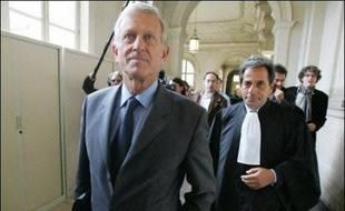 La Cour de cassation a rejeté mardi les pourvois de plusieurs mis en examen dans le dossier des chargés de mission de la ville de Paris, validant ainsi l'enquête judiciaire sur l'attribution d'emplois de complaisance à l'Hôtel de ville lorsque Jacques Chirac et Jean Tiberi étaient maires. La Cour de cassation était notamment saisie des pourvois formés par quatre mis en examen dans ce dossier: Michel Aurillac, ministre de la Coopération de 1986 à 1988 et trois ex-directeurs de cabinet de ce dernier, Michel Roussin (photo), Daniel Naftalski et Robert Pandraud.