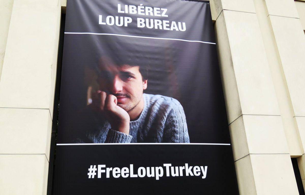 Une banderole de soutien au journal Loup Bureau accrochée sur la façade du conseil départemental de Loire-Atlantique. – F.Brenon/20Minutes