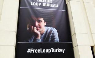 Une banderole de soutien au journal Loup Bureau accrochée sur la façade du conseil départemental de Loire-Atlantique.