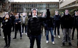 Plusieurs dizaines de salariés de Canal+ se sont rassemblés en soutien à Stéphane Guy.