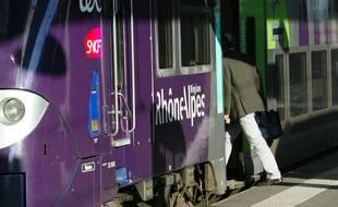 Un TER en gare de Perrache à Lyon. Lyon, le 23 mars 2011, CYRIL VILLEMAIN/20 MINUTES
