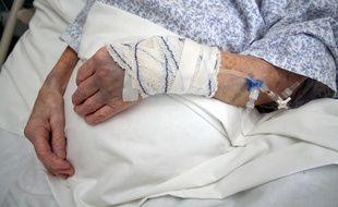 Illustration d'une personne âgée à l'hôpital.